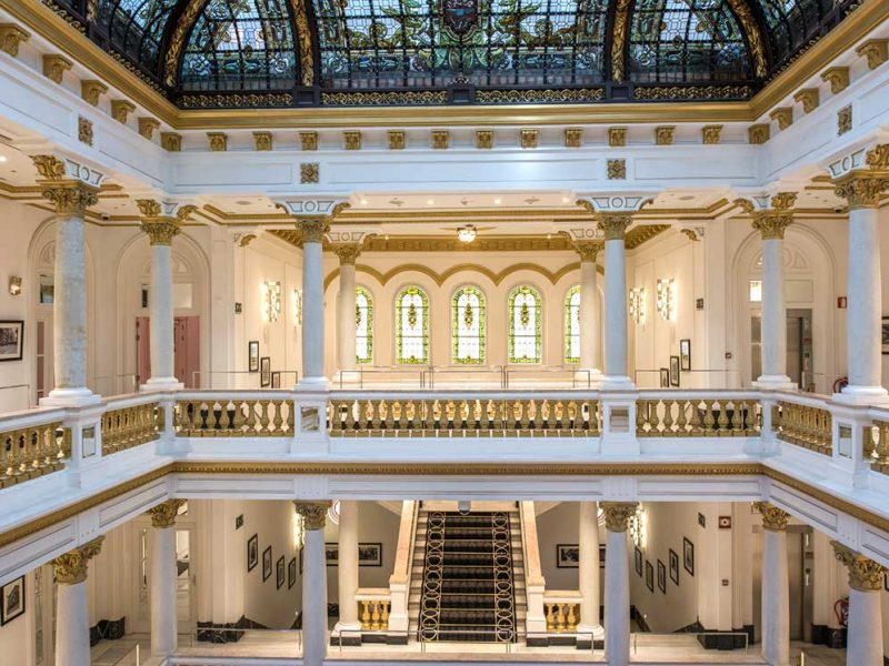Vista general de las escaleras, atrio y vitral de Casino Gran Vía