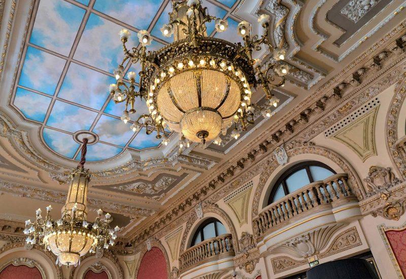 Detalle de molduras y lámparas del Salón Real